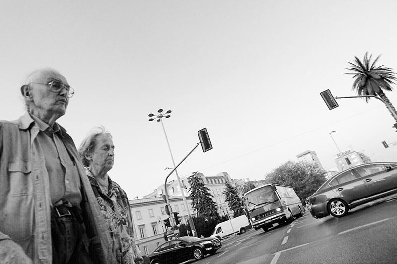 Warszawa Starsze małżeństwo spaceruje