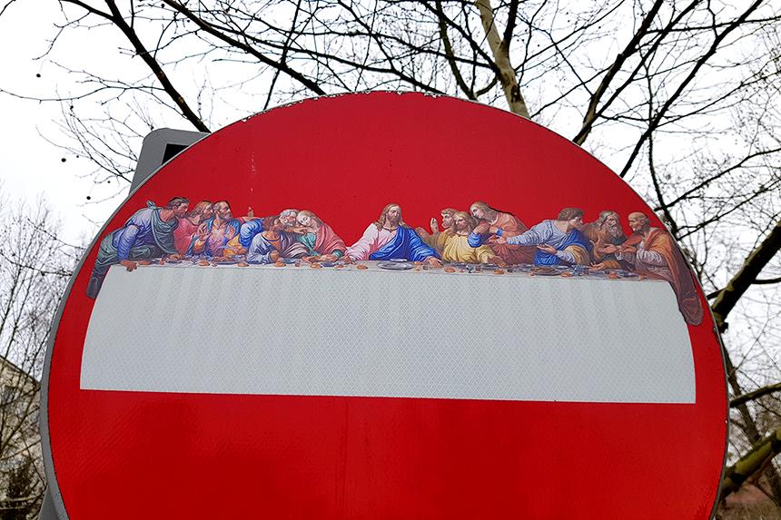 Ostatnia Wieczerza na warszawskim znaku drogowym, AxZ Street Art, Michał Wojtas