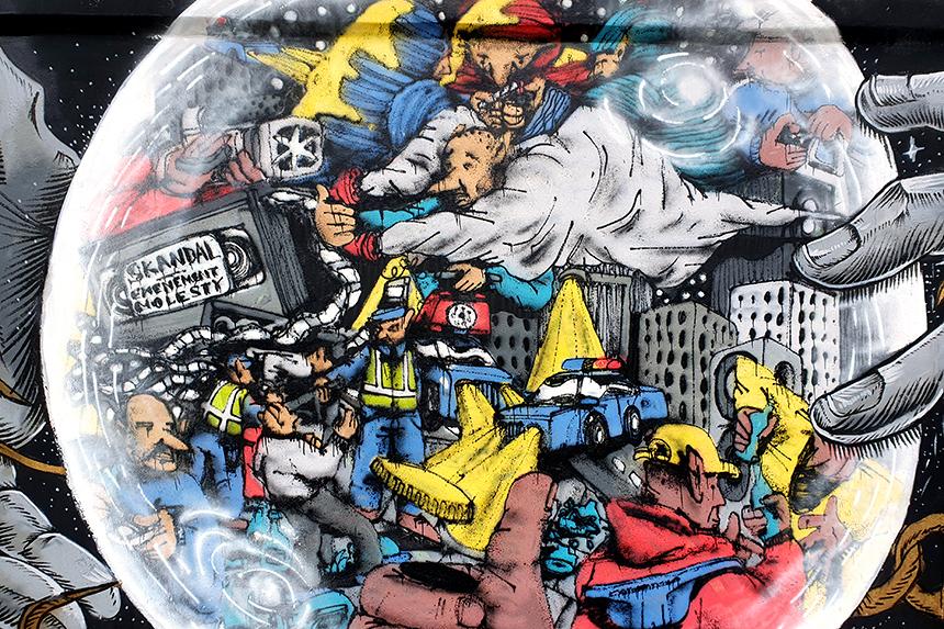 Graffiti na murze toru wyścigów konnych - Skandal Ewenement Molesty - Alek Morawski, klub2000, Neshu