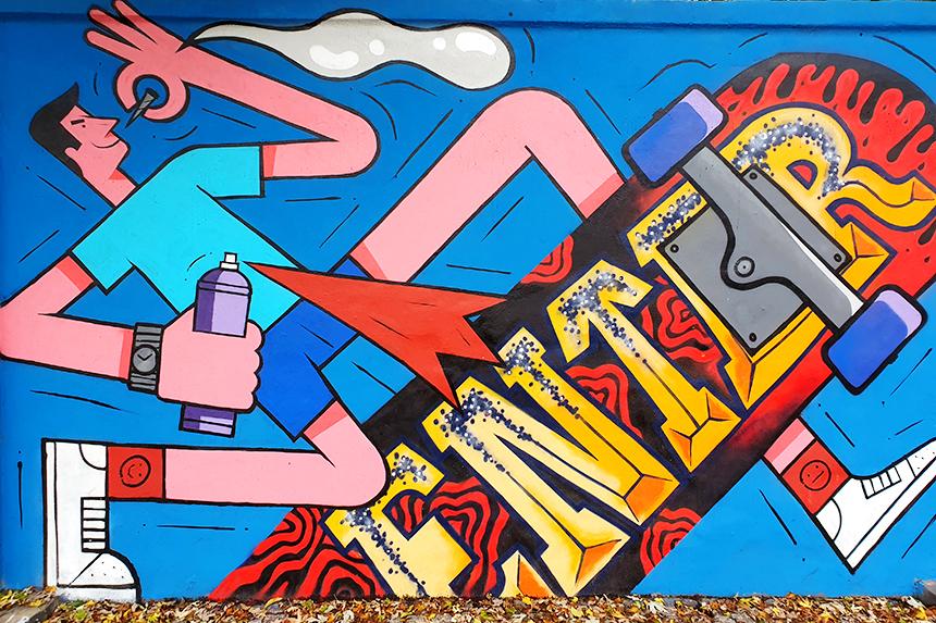 Graffiti na murze toru wyścigów konnych na Służewcu