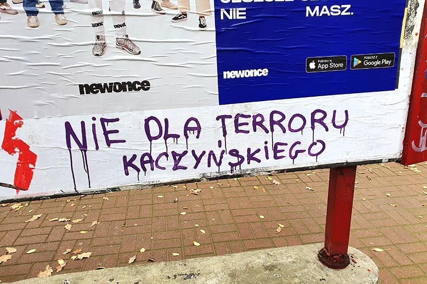 Napis Nie dla terroru Kaczyńskiego
