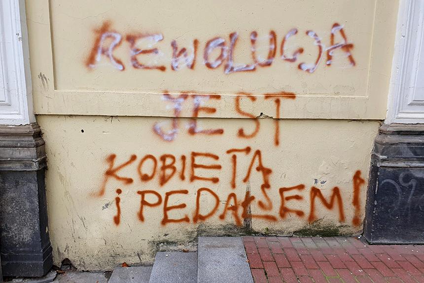 Napis Rewolucja jest kobietą i pedałem