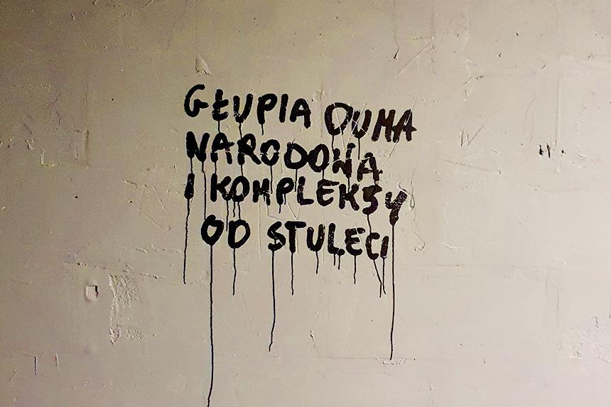 Warszawa Napis na murze Kazik Staszewski Kult Głupia duma narodowa i kompleksy od stuleci