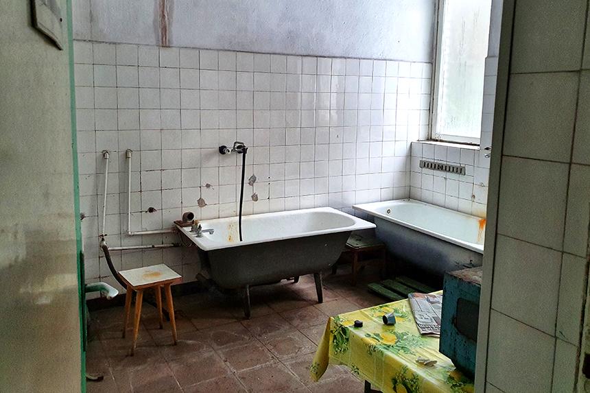 Zaplecze kuchni w opuszczonym ośrodku wczasowym