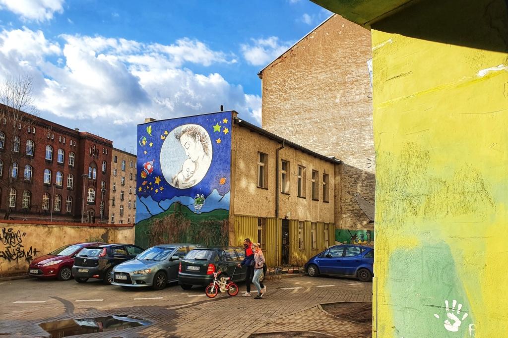 Mural z matką i dzieckiem przy Roosevelta na wrocławskim Nadodrzu.