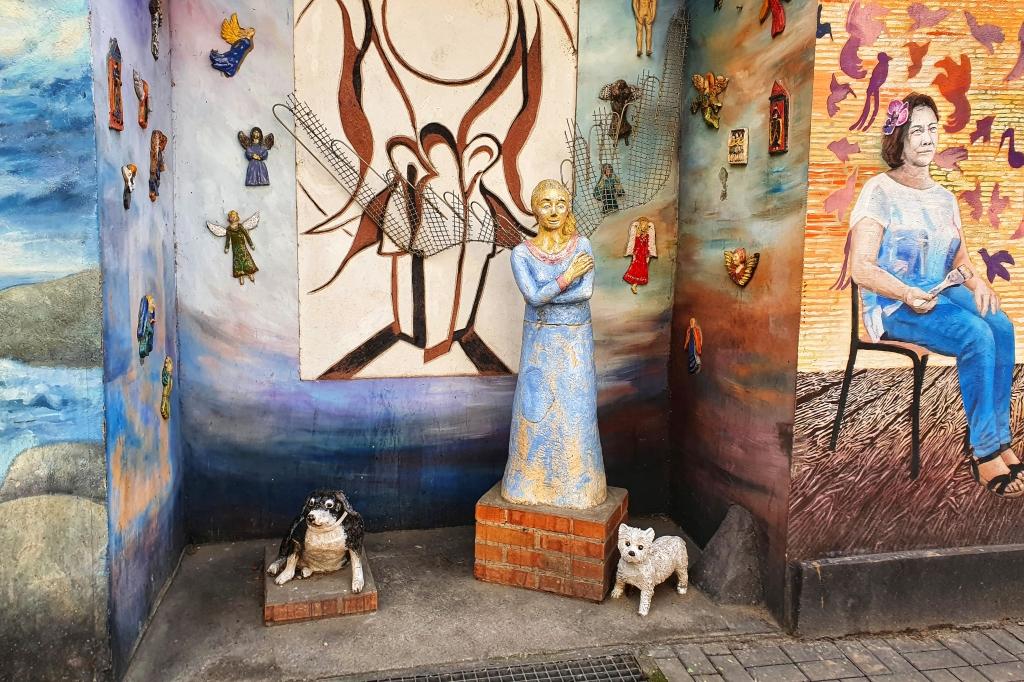 Rzeźby w kolorowym podwórku na Nadodrzu we Wrocławiu.