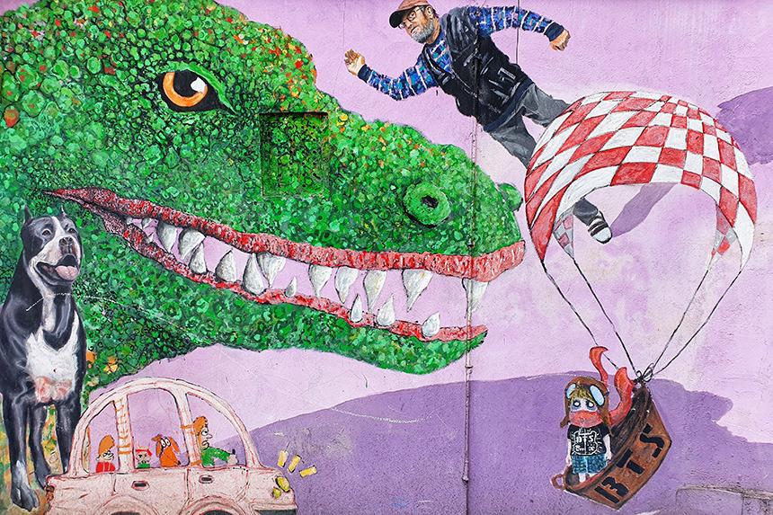 Mural z kolorowego podwórka przy ulicy Roosevelta na wrocławskim Nadodrzu.
