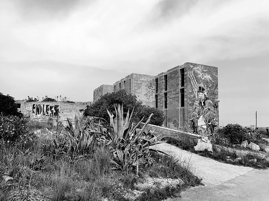 Opuszczony kompleks White Rocks na Malcie z muralami i graffiti.