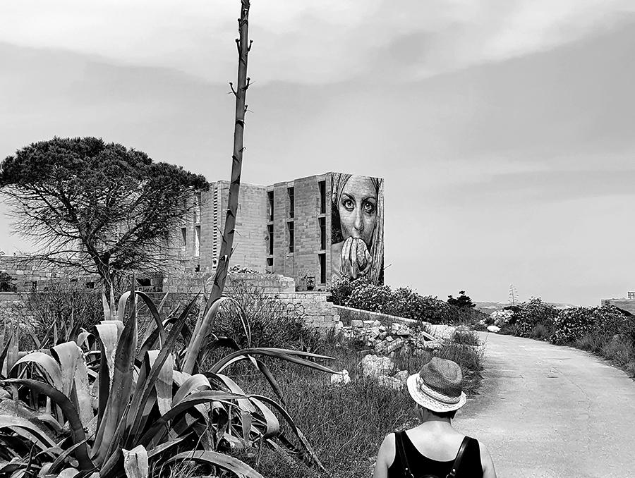 Wizyta w White Rocks, duży mural z kobietą.